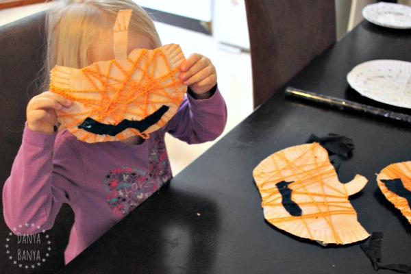 yarn and paper plate jack-o-lantern pumpkins
