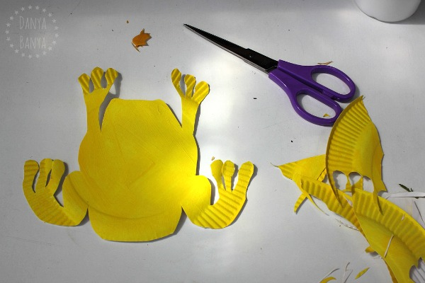 paint-a-paper-plate-yellow-and-cut-out-a-frog-shape