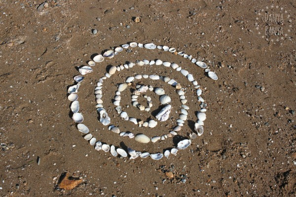 Shell spiral - easy collaborative beach land art idea for kids - nature play