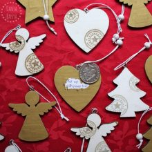 Scratch-off advent calendar idea using wooden Christmas ornaments