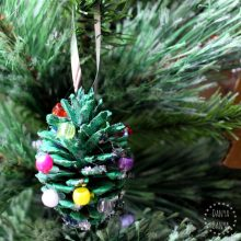 Homemade ornament idea Christmas tree pine cones